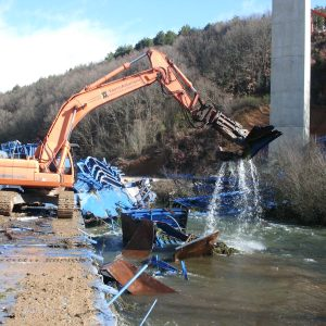 Desmontaje, achatarramiento y retirada de estructura metálica de una autocimbra del viaducto de Guardo